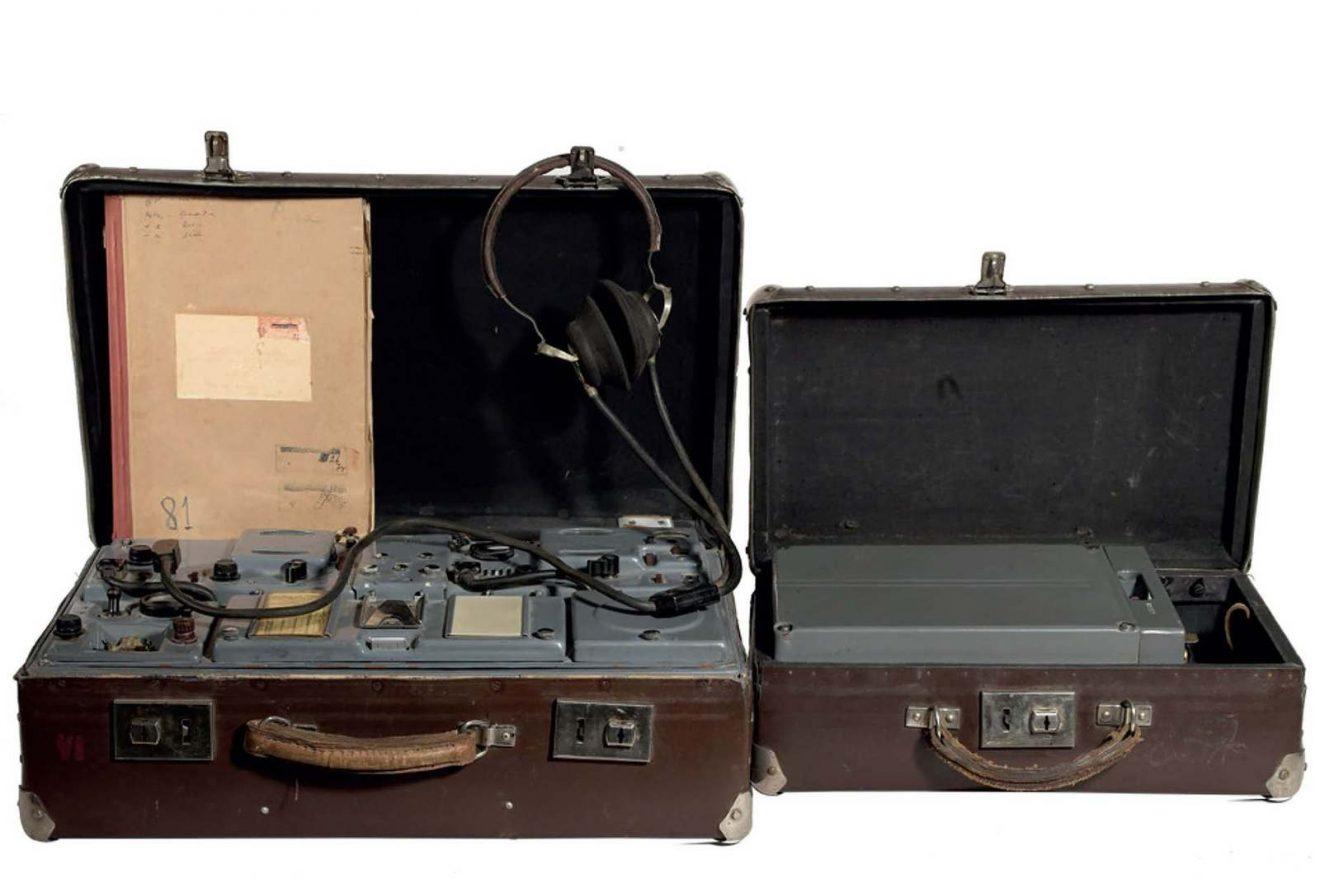À gauche, une valise contenant un émetteur-récepteur radio clandestin du KGB (URSS), modèle P-57