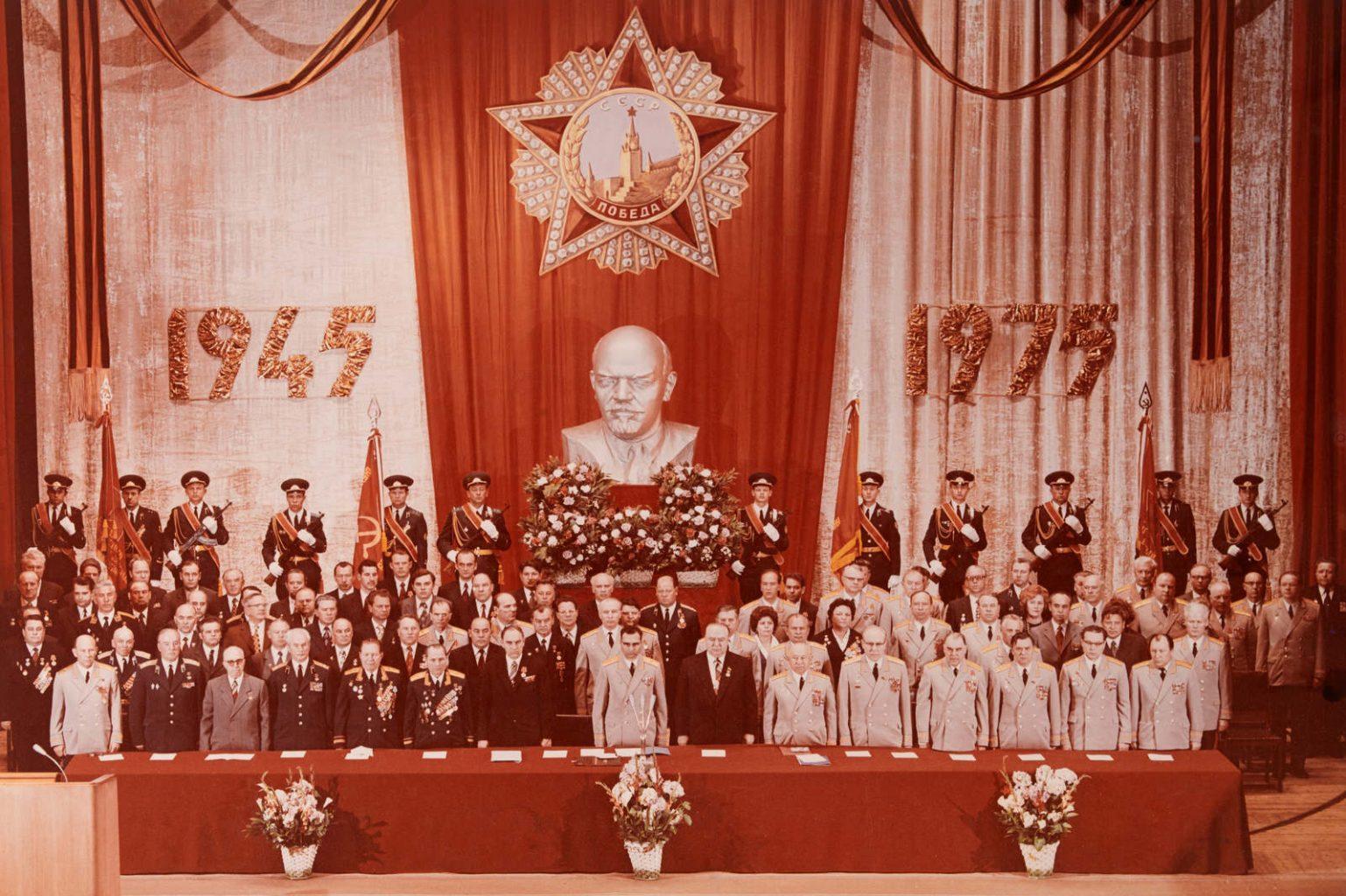 Photo originale de la commémoration du 30e anniversaire (1945-1975) de la victoire en URSS (1975) avec des dignitaires soviétiques, dont Youri STOROZHEV (deuxième rangée du fond, troisième personne en partant de la droite) en uniforme du général du KGB, à qui appartenait cette photo.