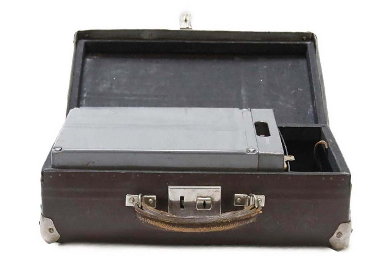 Petite valise contenant une batterie d'alimentation pour l'émetteur-récepteur radio clandestin du KGB (URSS), modèle P-57 code
