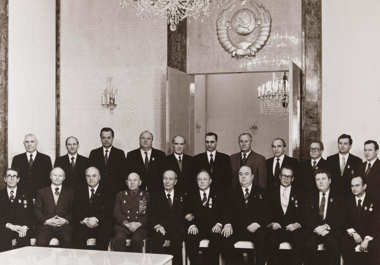 Photo unique de la visite des dirigeants de la STASI de la RDA (Général Erich MIELKE, Général Markus WOLF, etc.) à Moscou (URSS) pendant l'hiver 1980.