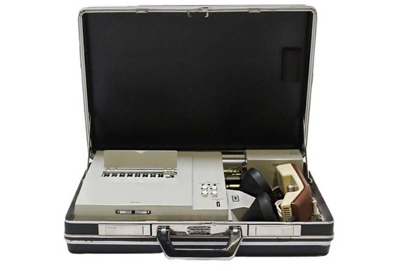 Cas particulier utilisé par un général du KGB (URSS) pour ses communications secrètes cryptées, vers 1990. Les communications de ce cas sont inviolables car le cryptage évolue et change au cours des conversations téléphoniques. Marché Dauphine - Photo Sixtine Legrand