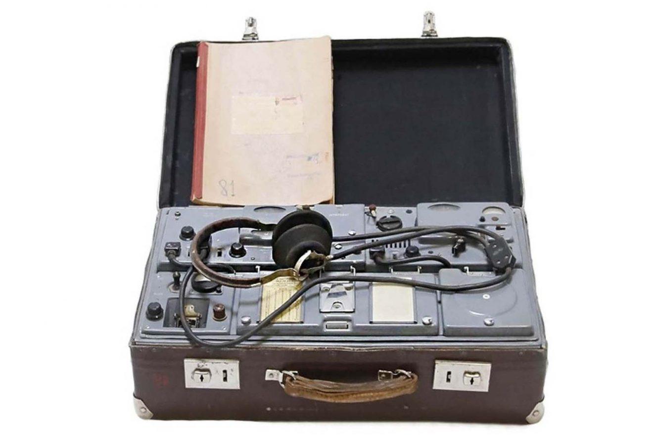Valise contenant un émetteur-récepteur radio clandestin du code P-57 du KGB (URSS)